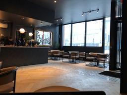 Très beau café minimaliste, belle décoration, spacieux et le thé est délicieux
