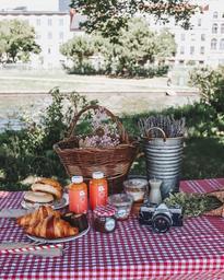 Panier brunch disponible Chez Mère-Grand! Pour plus de détails, visiter notre page Instagram @cafemeregrand 🍊🥐