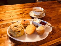 La nourriture était super bonne et super fancy! Le thé Earl Grey était délicieux dans sa tasse vintage en porcelaine. Le service était impeccable, chaleureux et bienveillant. L'ambiance est chouette mais bruyante puisqu'il y a beaucoup de monde dans un endroit trop petit...
