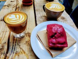 Excellent cortado et cappuccino dans la belle petite terrasse de la Finca !!!