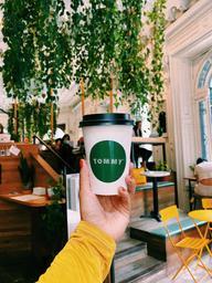 Delightful latte + greenery = total yes! ☕️🌿