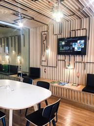 Super café à la déco geek, un endroit pour bosser, étudier ou boire un affogato! Ce café propose également des événements tech et des ateliers.  Je reviendrai assurément!