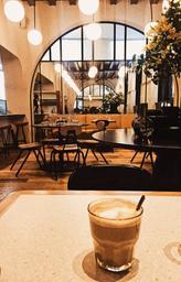 Ce n'est pas vraiment un café mais plutôt un restaurant assez cosy et chaleureux pour se sentir comme dans un café. La deco est un mélange du genre industriel et contemporain   avec des couleurs qui rappellent l' automnal. On s'y sent bien. J'ai pris un latté pour compléter le délicieux petit déjeuner que j'ai pris.