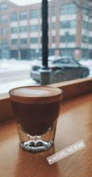 Beau, petit et très chalereux ❤ Le café est excellent, l'un des meilleurs à Mtl (cortado💪) Les baristas sont super sympathiques et super accueillants 😁👌