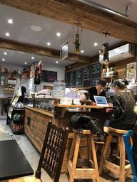 Très bon café, beaucoup d'options de pâtisseries et ils offrent un «babyccino» pour les enfants!😊