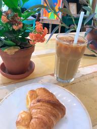 Un petit latte glacé pour bien débuter la journée! 👌🏾