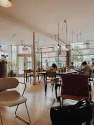 I wish I lived close from this beautiful coffeeshop and be a part of the furniture...