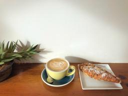 bon café, très bon croissant aux amandes