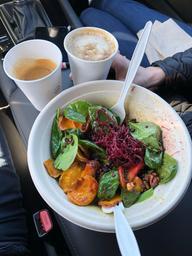 Salade repas super santé simplement WoW et délicieux cappuccino et cortado