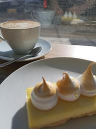 Café latte et tarte au citron, soleil, délice.