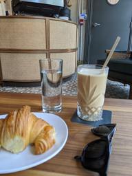 Bon café glacé, délicieux croissants dans ambiance feutrée et parfaite terrasse!