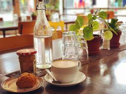 café latté avec un scone au fromage épicé