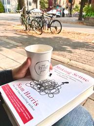 Les Reines ❤️ avec leur café et des friandises décadentes! A coffee is always better with a book 😃📚