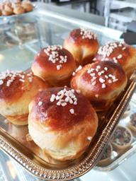 Très bon café, place très lumineuse et chaleureuse, lunch style bistrot tous les jours. Et c'est aussi une boulangerie.