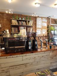 Toujours un plaisir d'aller au Paquebot, l'ambiance, le café et le service sont toujours géniaux.