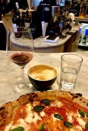 Excellente pizza accompagnée de différents liquides