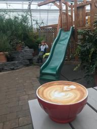 Excellent café !! Beau coin pour les enfants !!