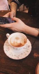 Bon café, ambiance relax. Parfait pour travailler, lire. Shout out aux livres à consulter sur place! Pâtisseries véganes délicieuses❤️