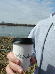 Adorable petit café. Idéal pour prendre une marche dans le quartier et profiter du printemps. Bon café et à distance de marche du fleuve!