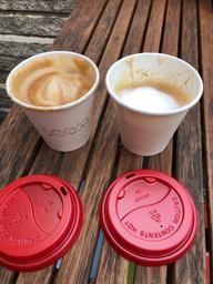 Cortado et cappuccino très délicieux merci merci le Local