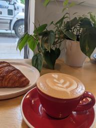 Flat white and croissant 🥐