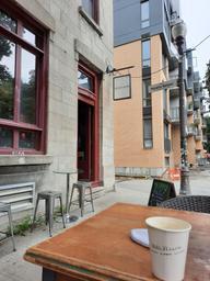 Bel endroit, ambiance sympa, trop lounge apéro à mon goût. Café correct, mon latte manquait d'onctuosité. J'ai découvert mais je n'y retournerais pas.